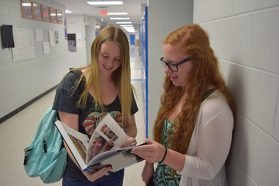 Karli Littlefeild and Nicole Warner enjoy their yearbooks.